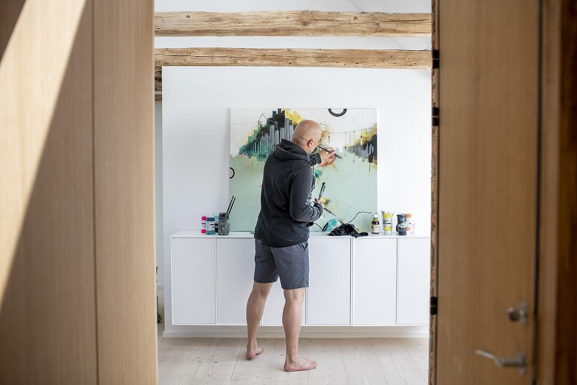 Casper Eliasen står og maler i sit atelier
